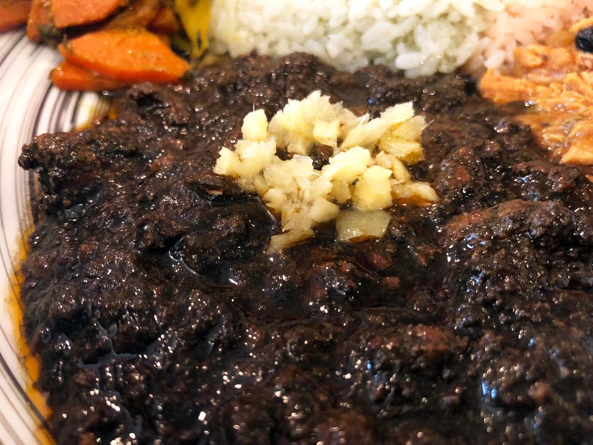 『和風黒キーマカレー』は醤油とダシで味付けした和風のカレー、黒いのは竹炭を使用しているから