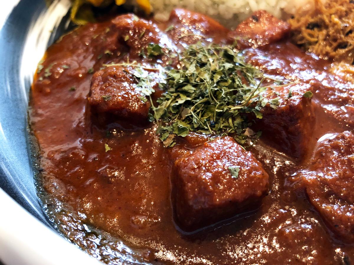 『トマトパニール』はトマトとカッテージチーズ(パニール)のカレー、ほうれん草を使ったサグパニールが有名