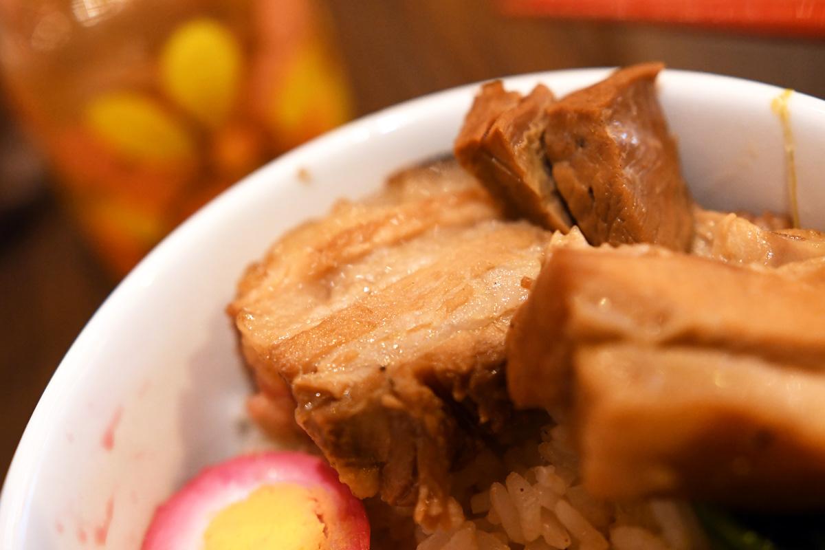 しっかりと煮込まれ味のしみこんだ豚バラ肉、とろける柔らかさ