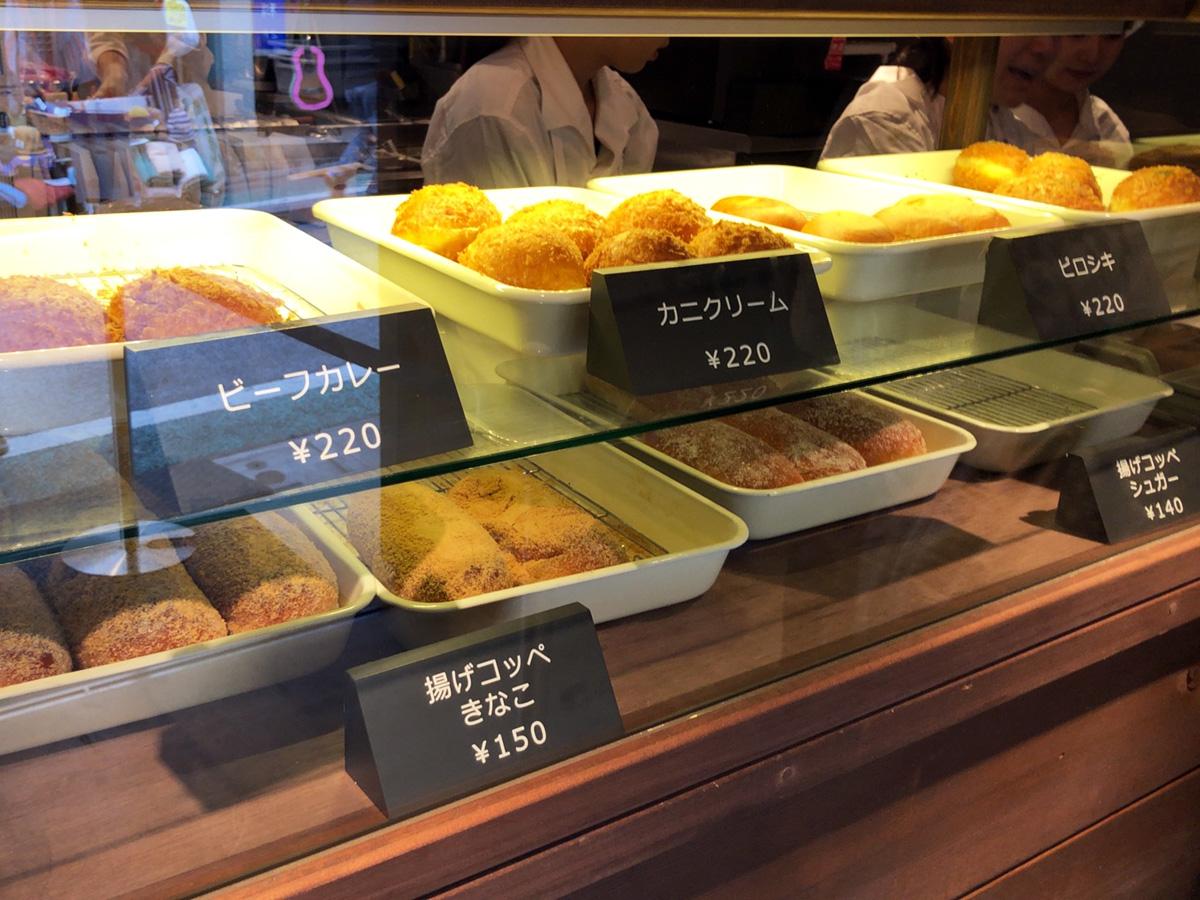 ちなみに、コッペパン以外にもカレーパンなど揚げパンもあります