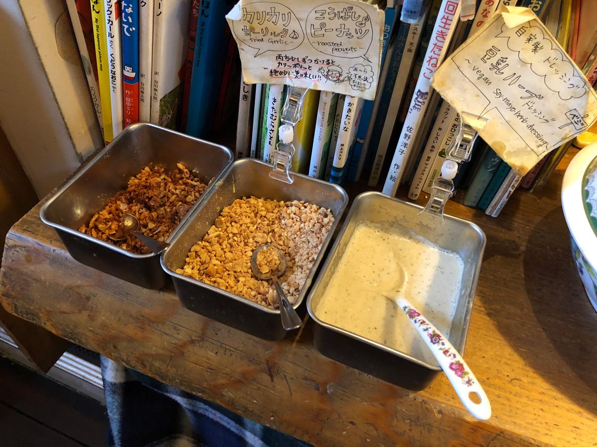 自家製ドレッシングの「豆乳ハーブドレッシング」、ガーリックとピーナッツもかけるとさらにおいしい