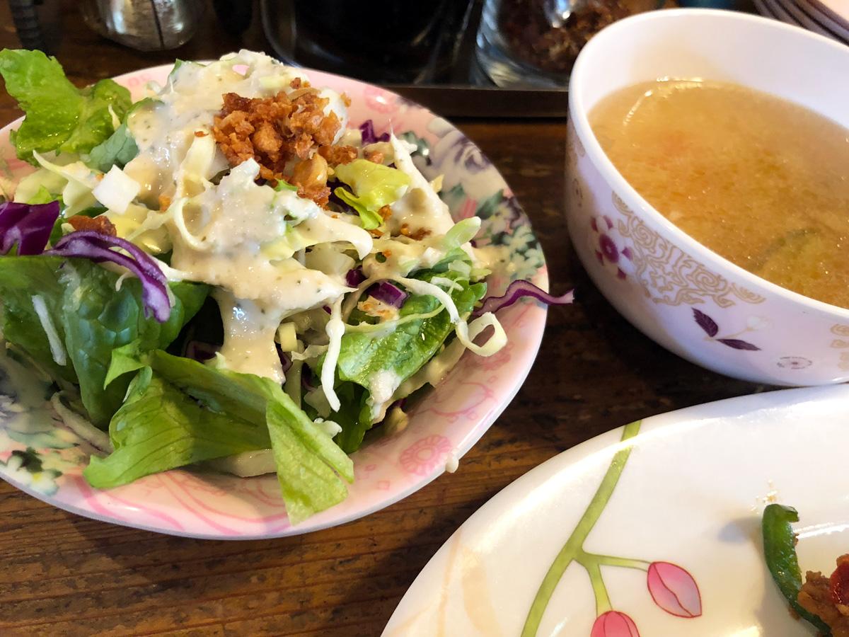 ランチにはさらに、サラダとスープもセットされるのですが、このサラダのドレッシングがとてもおいしいい
