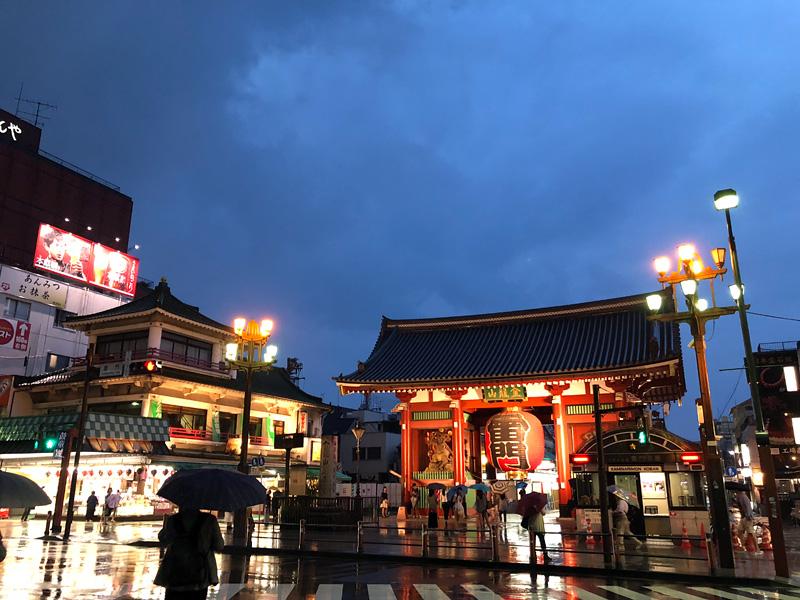 初日に見た雨が降る夕暮れの浅草寺。19時頃になると人影もまばら、今日はもうちょっと早めに浅草に行こう