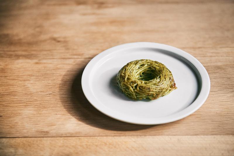 <ドーナツパスタ ジェノヴェーゼ> グリーンの彩りからは想像できない、濃厚で芳香なバジルの風味が溢れる、やみつきになるテイスト。