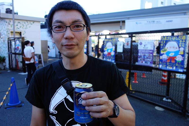 待ち合わせ場所の下北沢駅北口に行くと、すでにビール的なモノを片手にしている松成さんの姿が。なんで、先に飲んじゃうの、、、