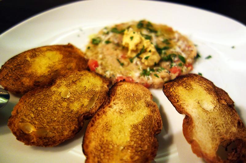 お魚のタルタル仕立てゆで卵のペースト添え、カリッと焼いたバゲットも付きます