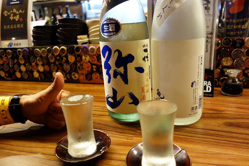 ばるばるでと店員さんに言ったら、有無を言わせず日本酒が2種類出てきました