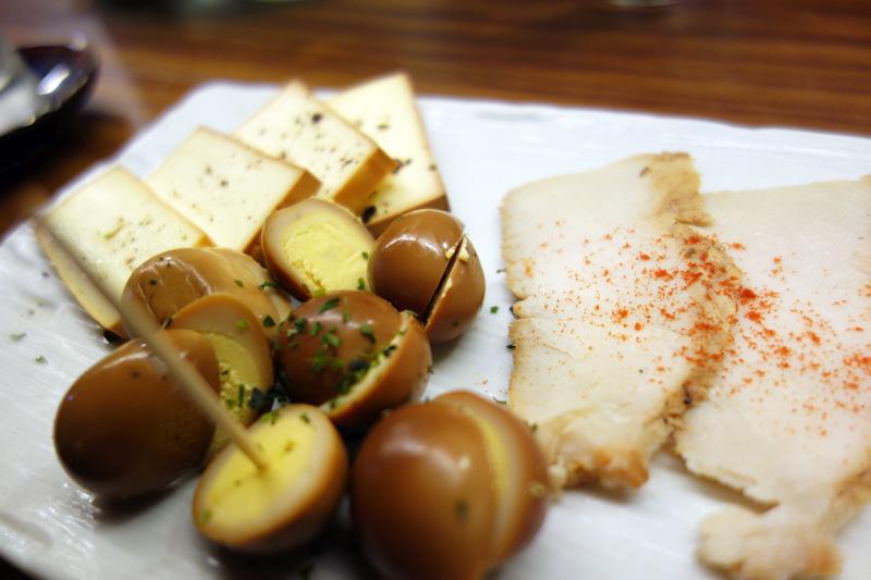 そしてお店自家製の燻製。この日は、ウズラの卵・チーズ・鶏の燻製が並びます