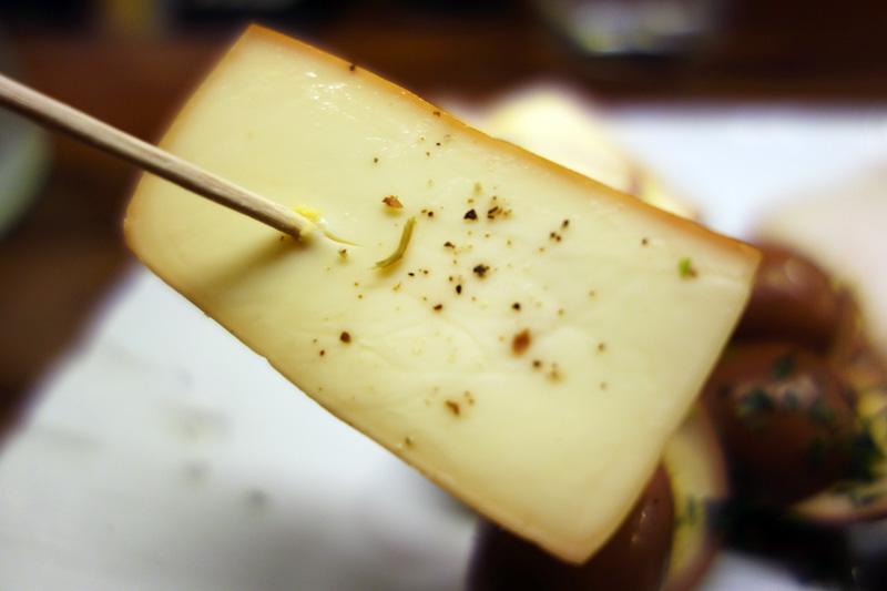 個人的には、このお店のチーズの燻製が大好きです