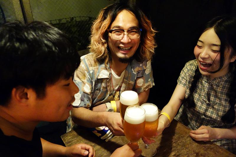 まずは3人ともビールで乾杯します
