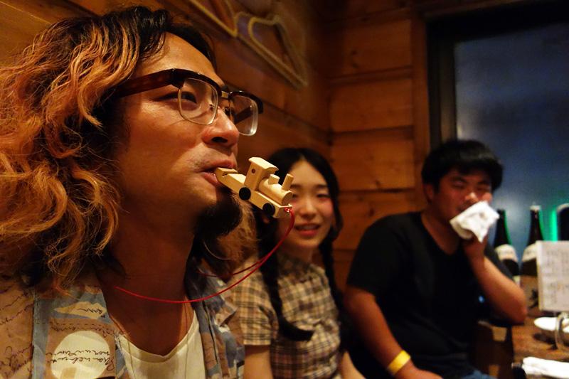 突然笛を吹き始める飯田さん。首からさげていたそれ、笛だったんですね、、
