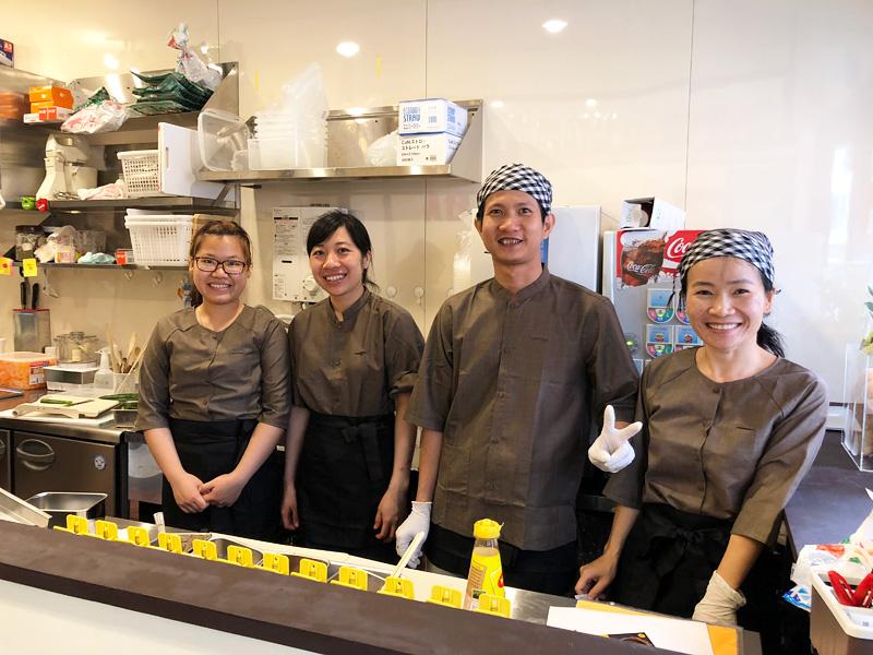 バインミーバーバーのスタッフの皆さん、ベトナム語(だと思います)が飛び交っていて、本場ベトナムさながらの雰囲気。食べ歩きはもちろん、イートインスペースもあるので、お気軽にお立ち寄りくださーい