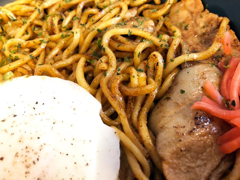 見た感じは普通の焼きそば、中太麺に肉とキャベツ、紅ショウガ、そしてかわいらしいサイズの目玉焼き