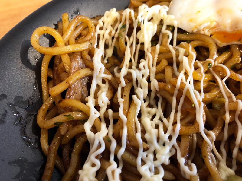 そして、このマヨネーズがまた合う。絞り口が複数に分かれていて、麺にかけやすい