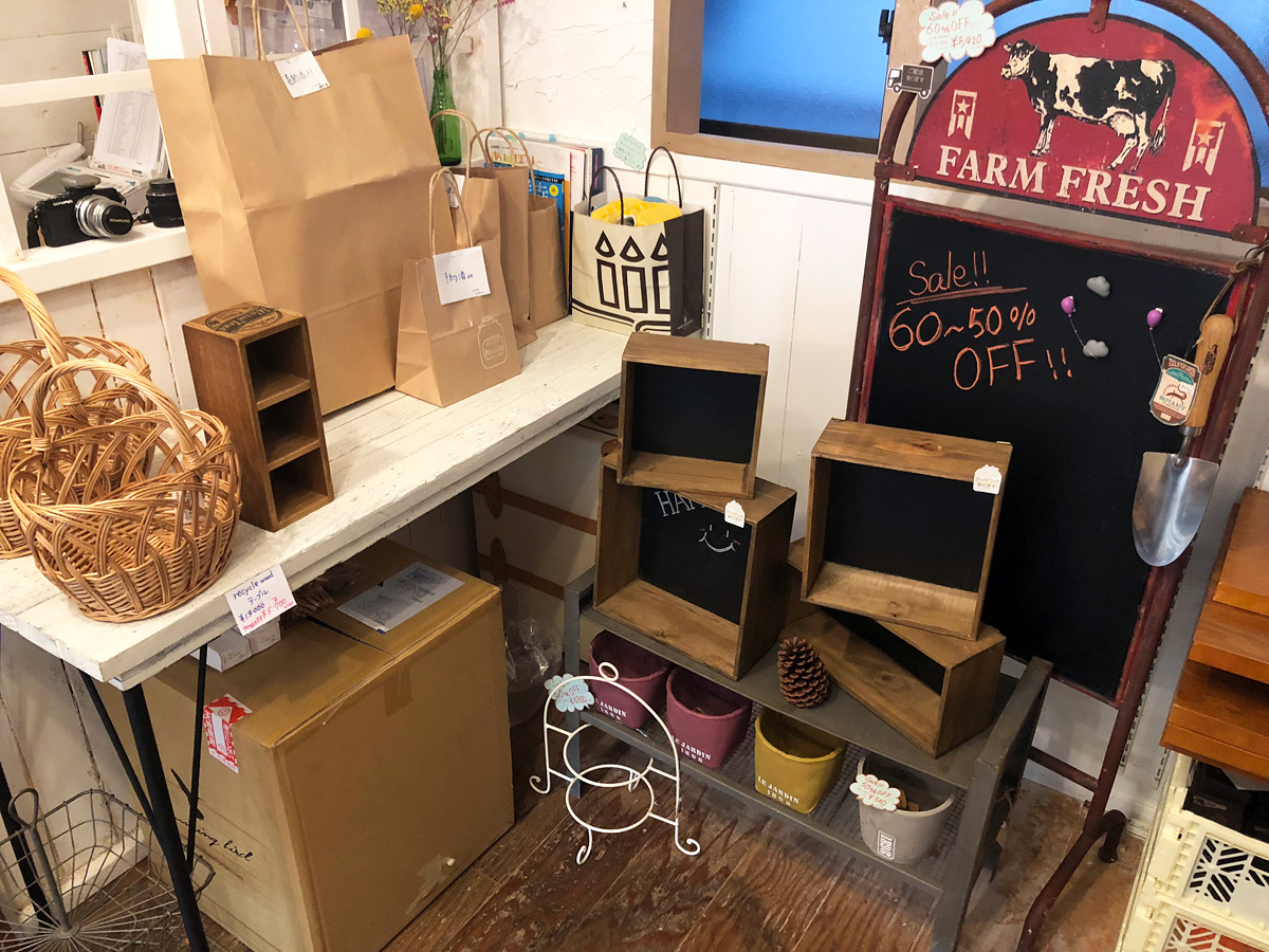 店内奥にあったコーナーはすでに売り切れてしまいました。お店で使っていたテーブル(左側)も新店舗には持っていけないので販売。なんと70%オフで5700円(税別)です