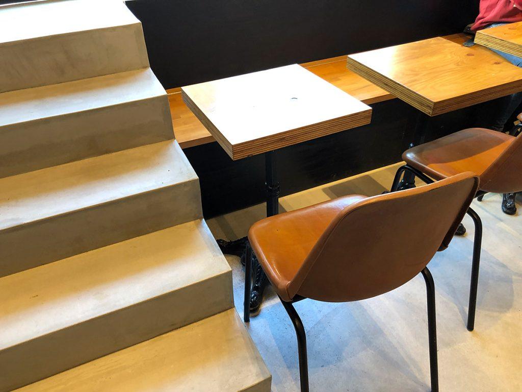 店内奥にテーブル席も4つあります