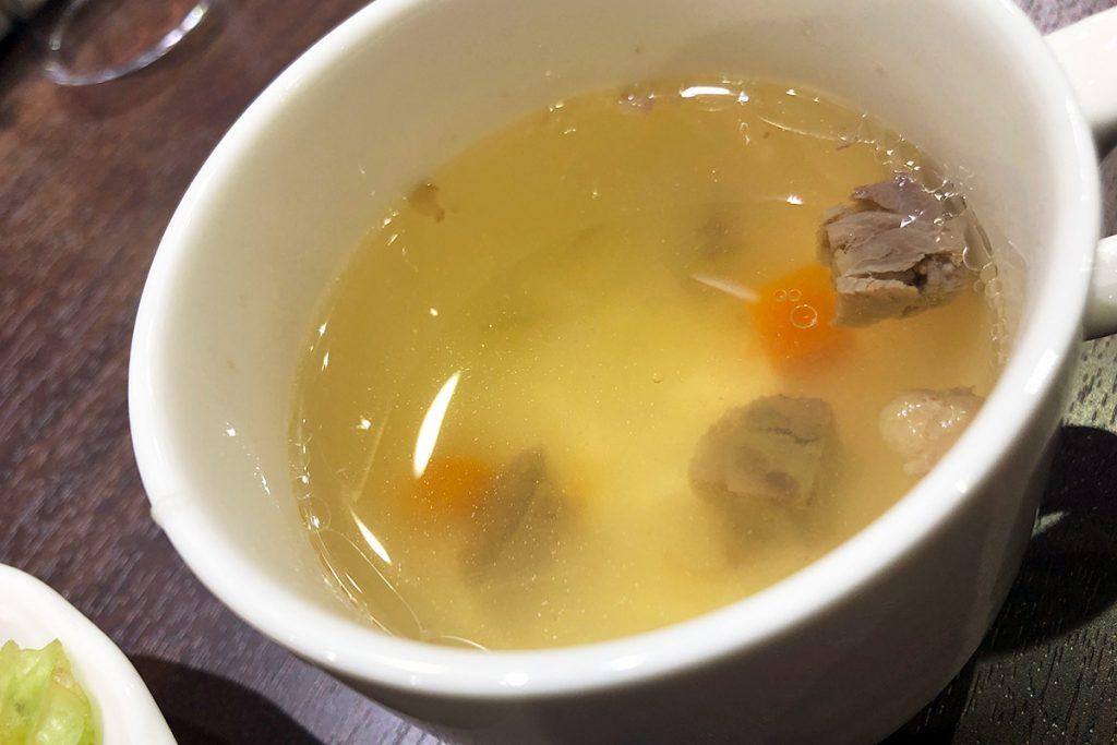 スープもあっさり目、が、いや、しかし、スープに入っている肉がガチだ