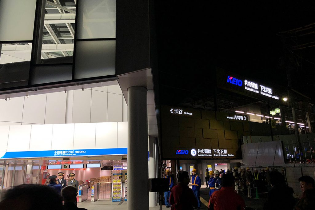 東口は小田急専用となり、右手奥に井の頭線の下北沢駅舎が新設されました