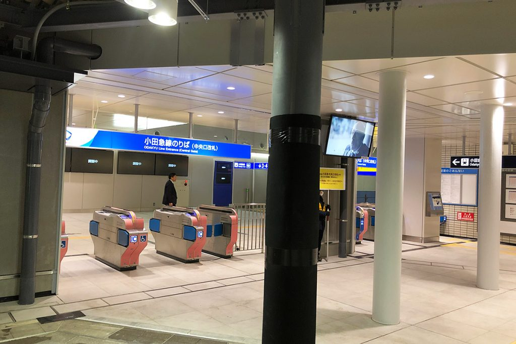 反対側には小田急線の中央口改札があります