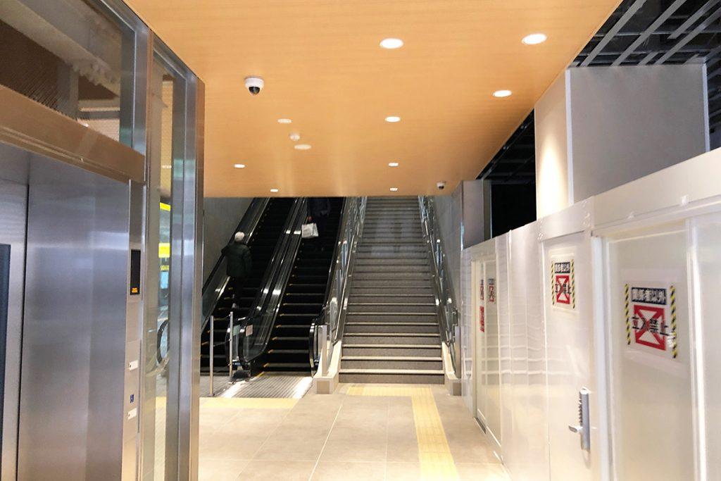 コインロッカーを通り過ぎさらに進むと階段とエスカレーターがあります