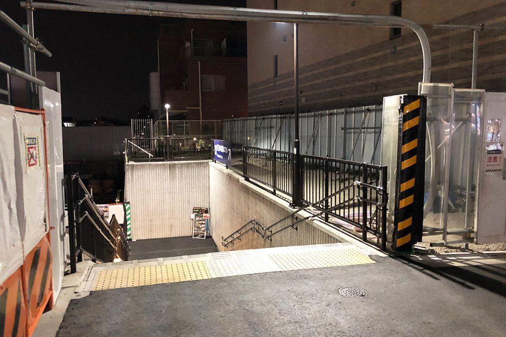 通路を抜け外に出ると、南西口方面の階段の場所に抜けます