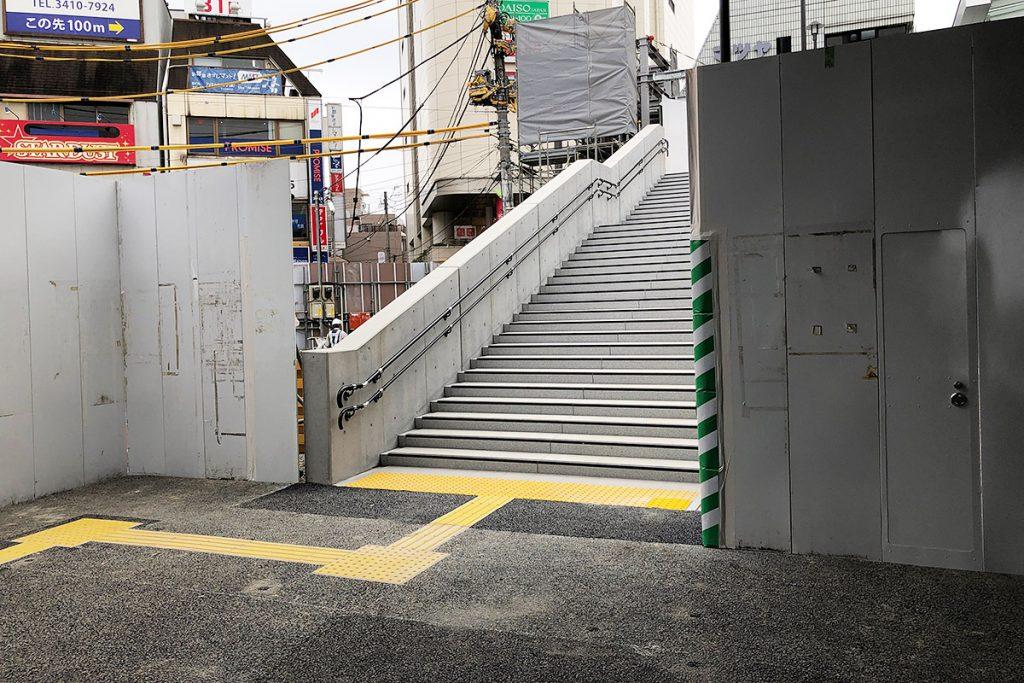 左手には階段