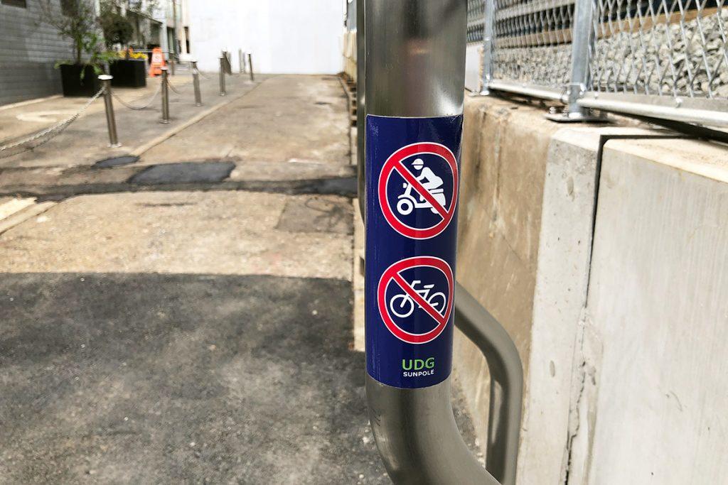 この通路、バイクや自転車は通行できませんのでご注意ください