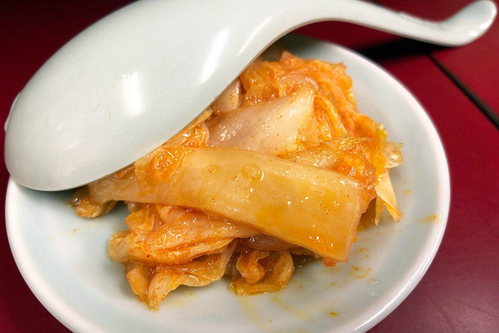 オーダーするとすぐに提供される辣白菜(ラッパーサイ)、キムチではなく辣白菜、味わいもキムチとは違います