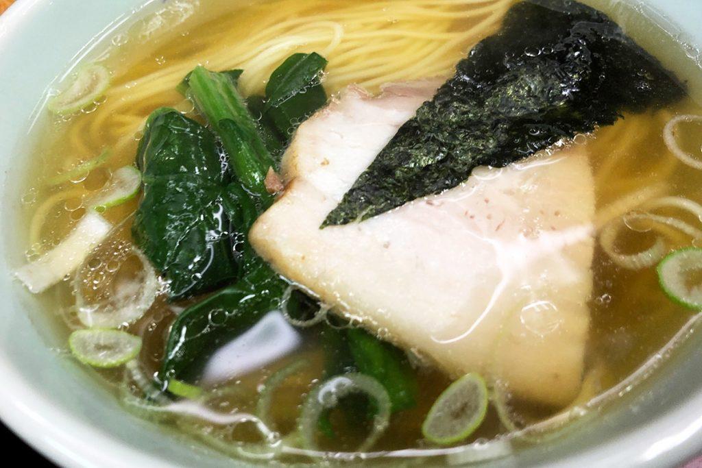 ラーメンはすっきりとした澄んだスープにチャーシュー・ほうれん草・のり・ネギがのります