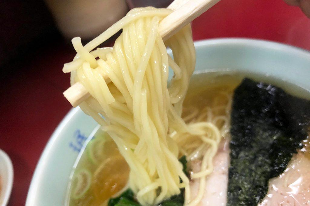 ラーメンの麺は細麺、すっきりしたスープにマッチするクセのない麺です