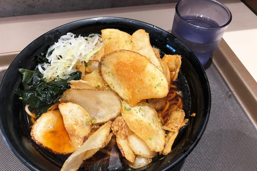 富士そばの「ポテトチップスそば」450円(税込)