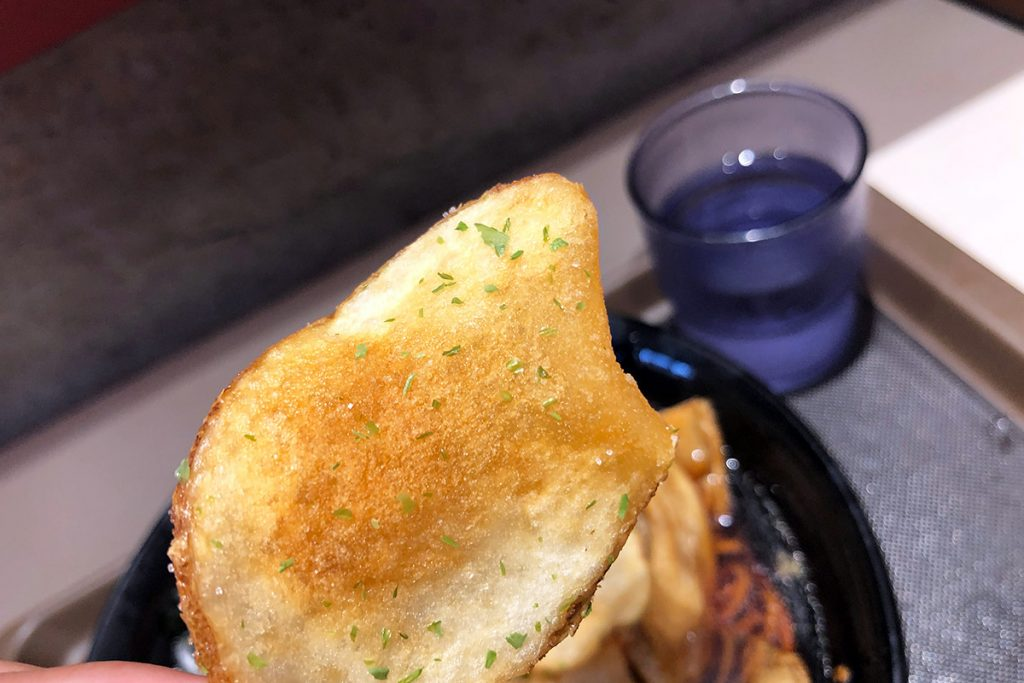 とりあえず1枚、つゆにつかってないポテトチップスを食べる。確かに揚げたての熱さが感じられる、というか結構厚切りでこれは旨い! ねーねー、このまま食べちゃダメだの?