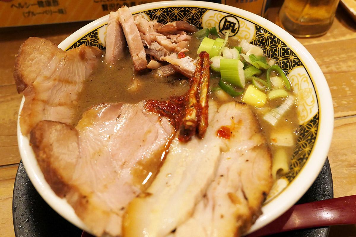 ラーメン凪の「3種のチャーシューのすごい肉煮干ラーメン」