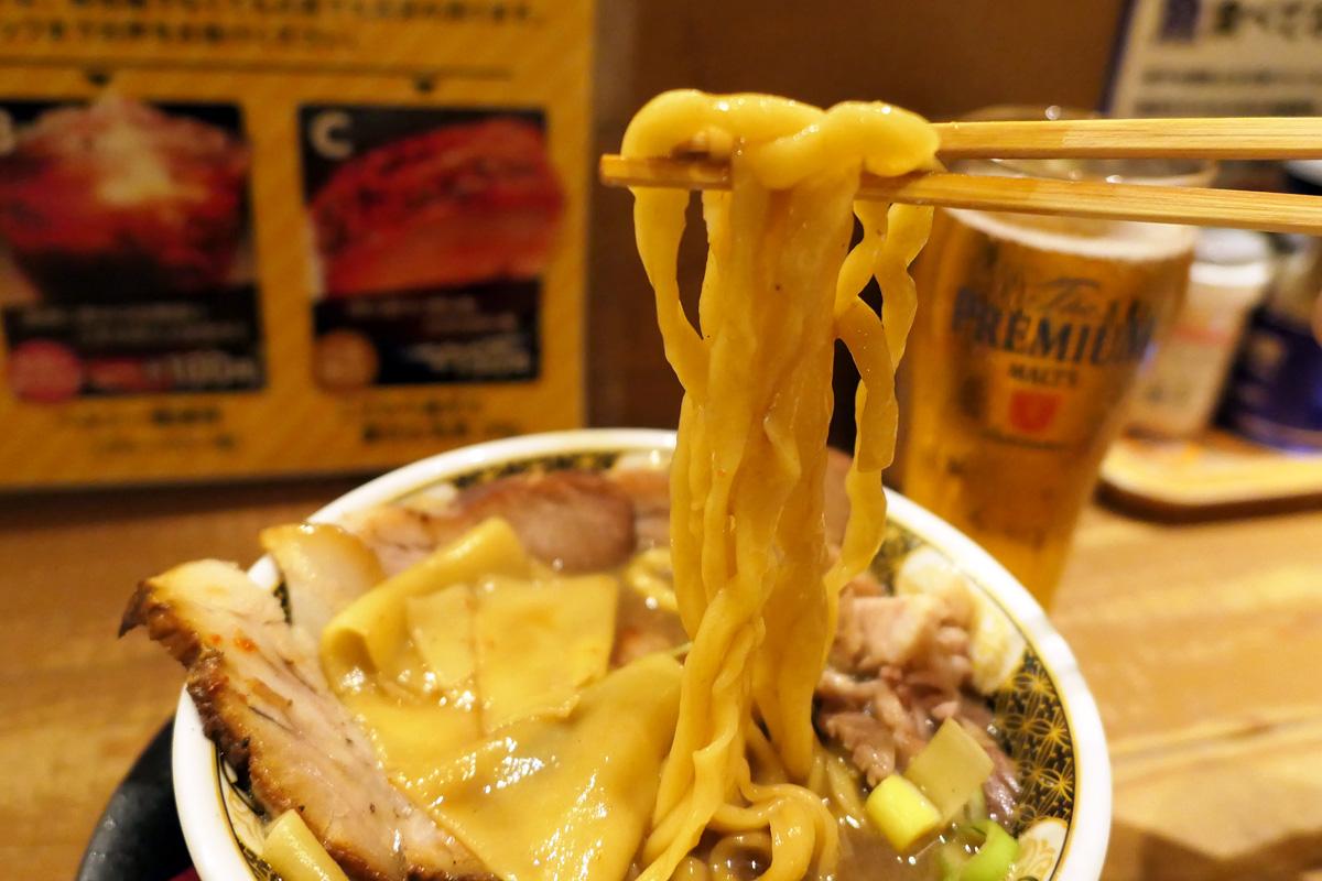 極太ちじれ麺がスープによく絡みます