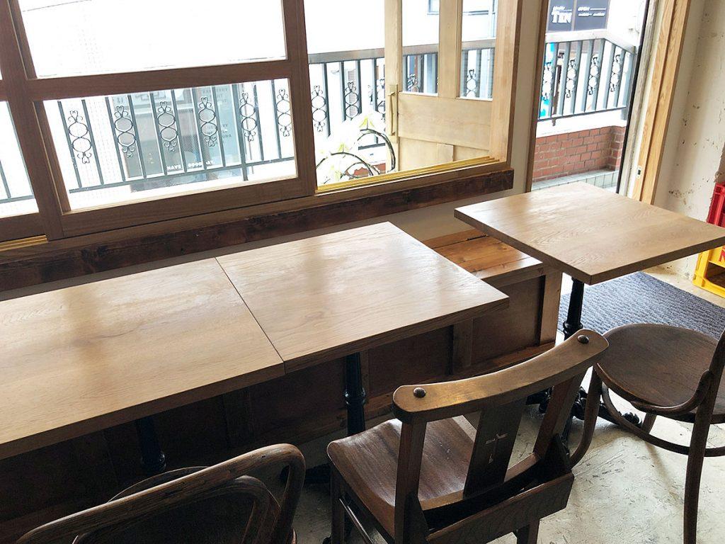 「yuzuki」さんの店内、テーブル席と