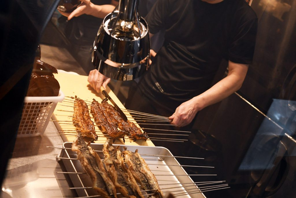 焼き上がった鰻は、すぐに串を外されひつまぶしに適したサイズにカットされます
