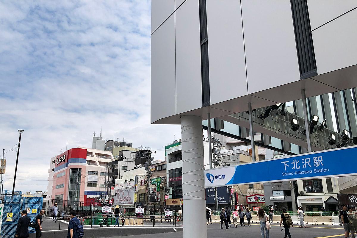 井の頭線は中央愚痴を出て左の広場方向に進みます、小田急線は東口ですね