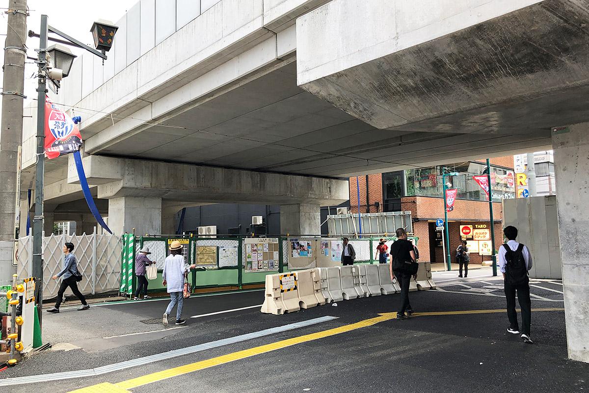 下北沢駅前の広場を右に進み、さらに道路を右へ進みます