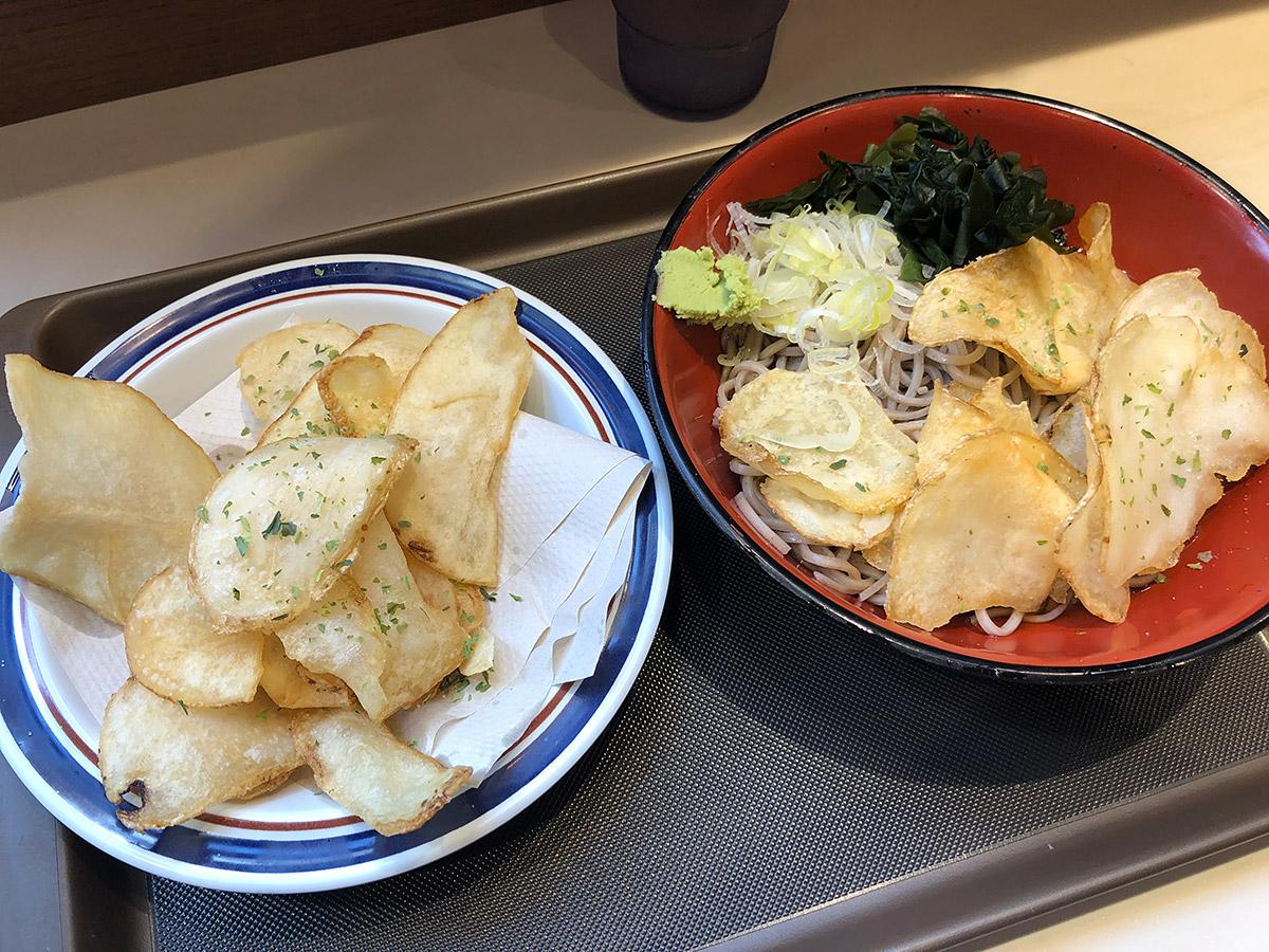 富士そばの「冷やしポテトチップスそば」+「追いポテチ」