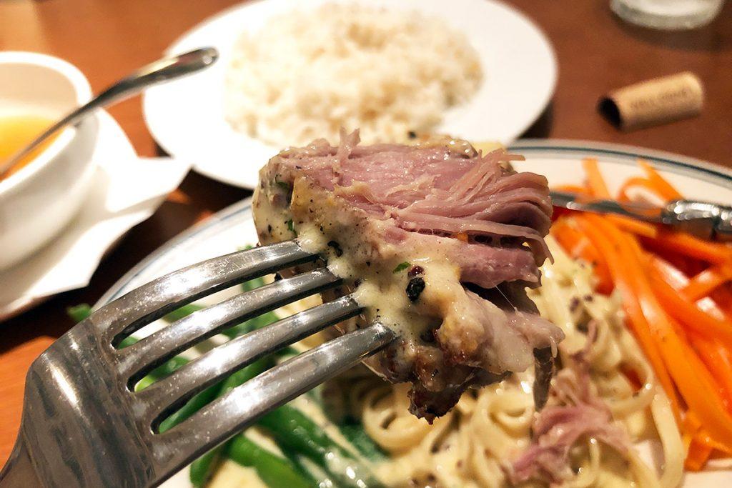 低温のオイルでじっくり調理した豚肉は、想像を超えるやわらかさ