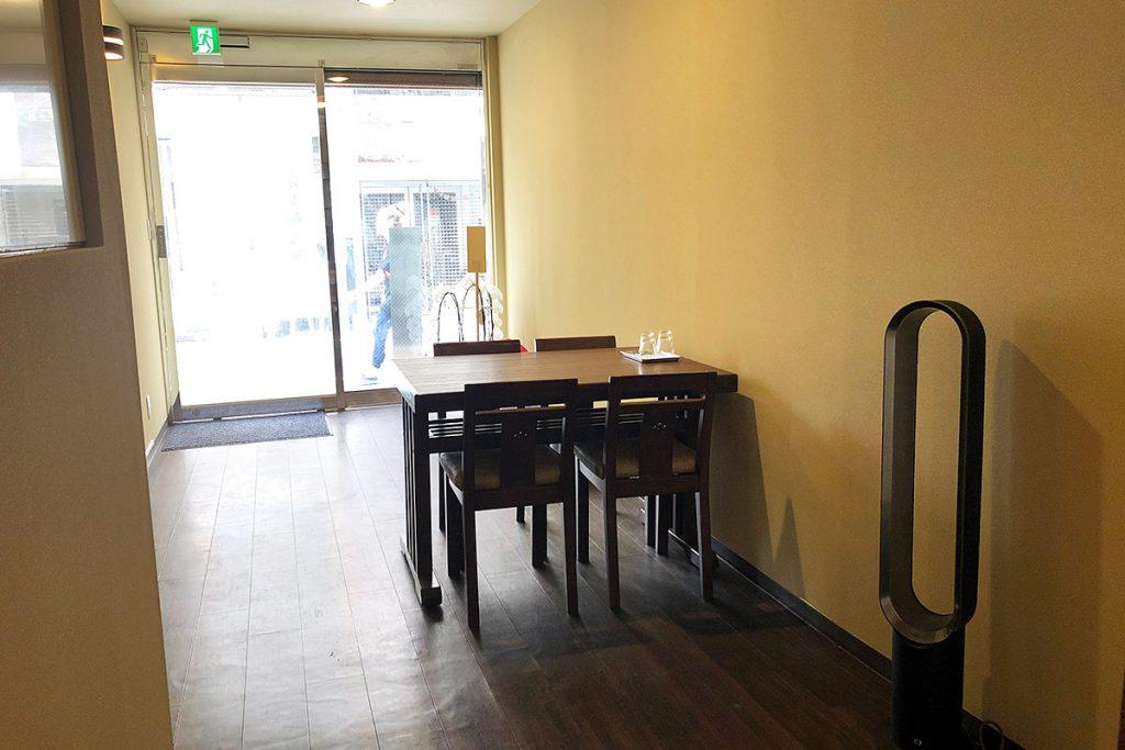 広いスペースにテーブルが一つ