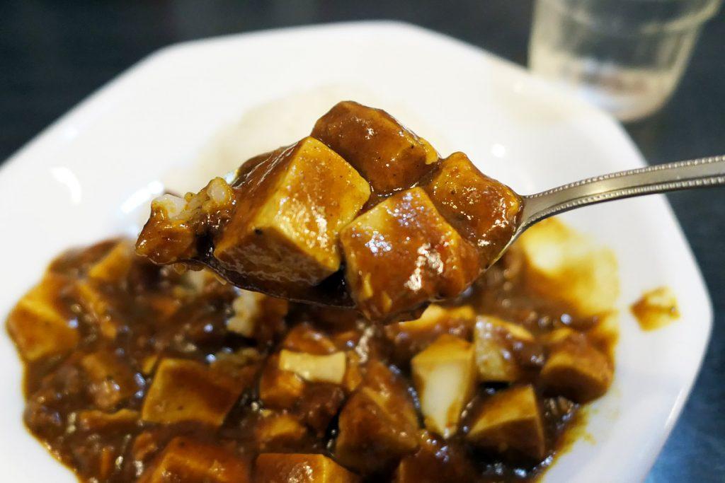 香りは完全にカレー、豆腐が入っているカレー