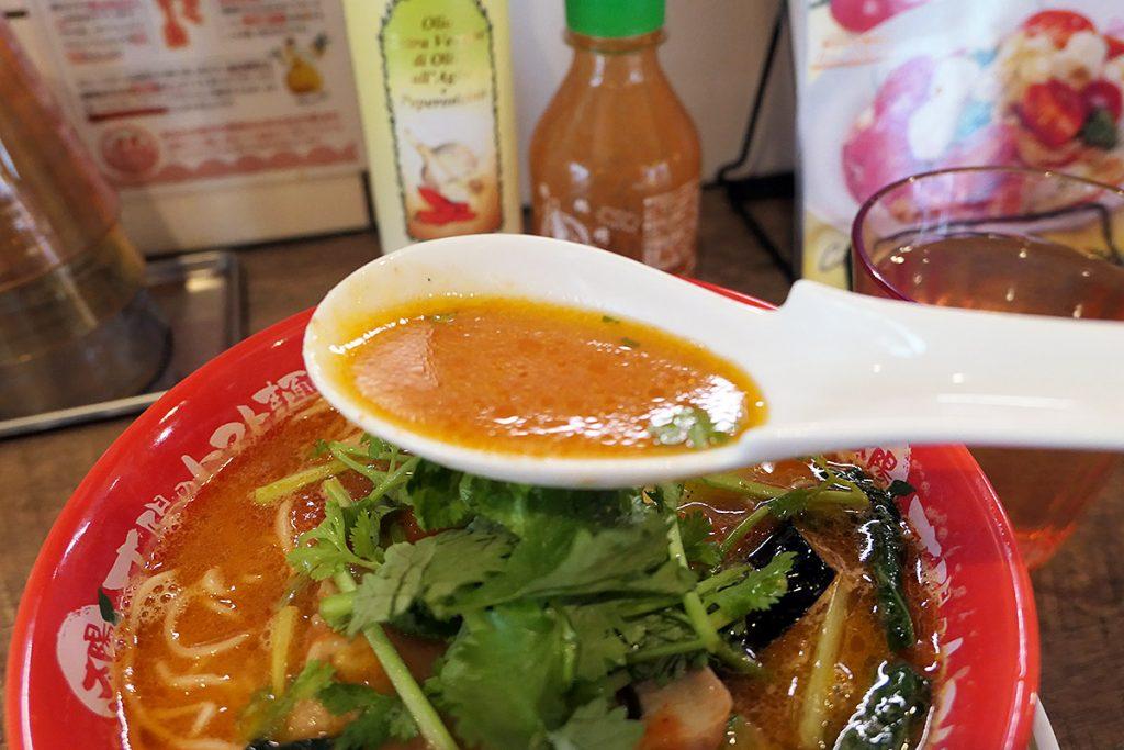 まさにトマト麺を感じさせるスープの色