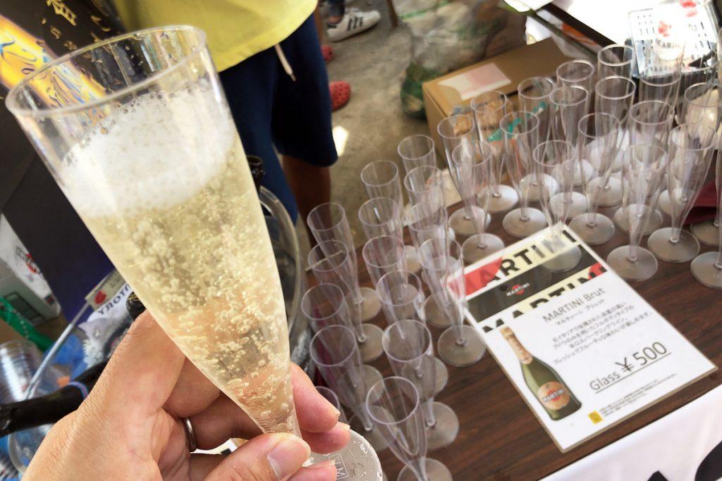 街のお祭りなのに、、、スパークリングワインも飲めちゃいます