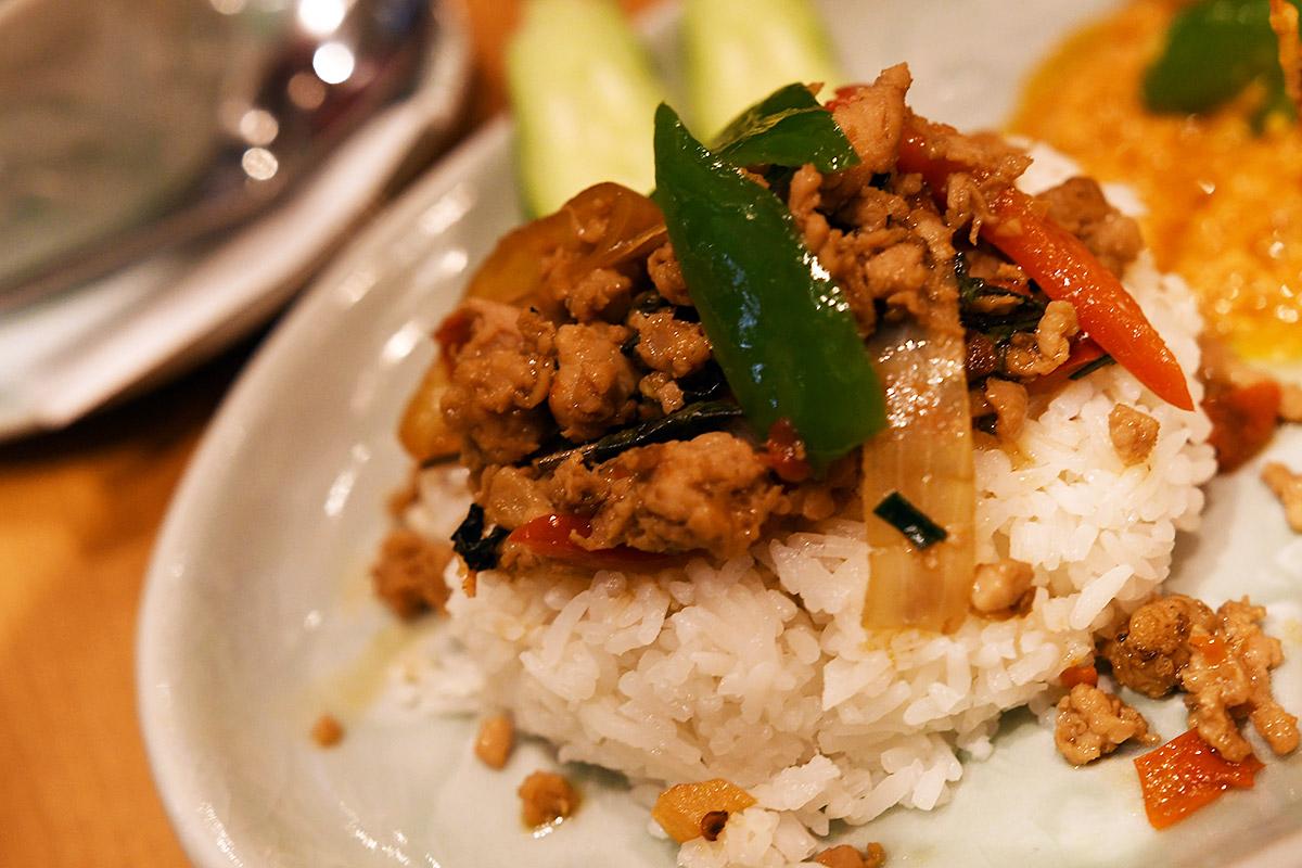 タイの人気定番メニュー・鶏挽肉のバジル炒めの「ガパオライス」、正式名称は「ガイ・パット・ガパオ・ラート・カオ」