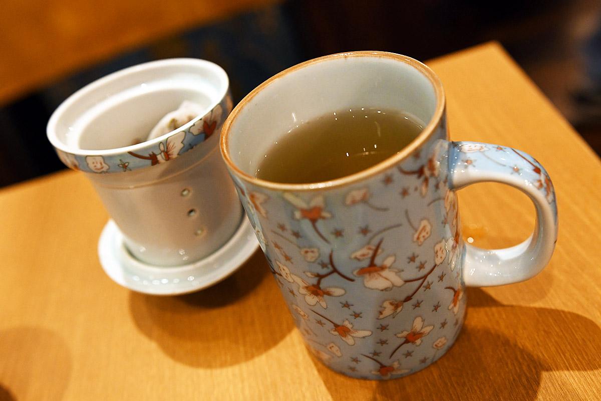 2分ほどで茶こしを外してお茶をいただきます。ちなみに、茶こしは蓋をひっくり返した上に置くことができ、差し湯でおかわりをいただくこともできます
