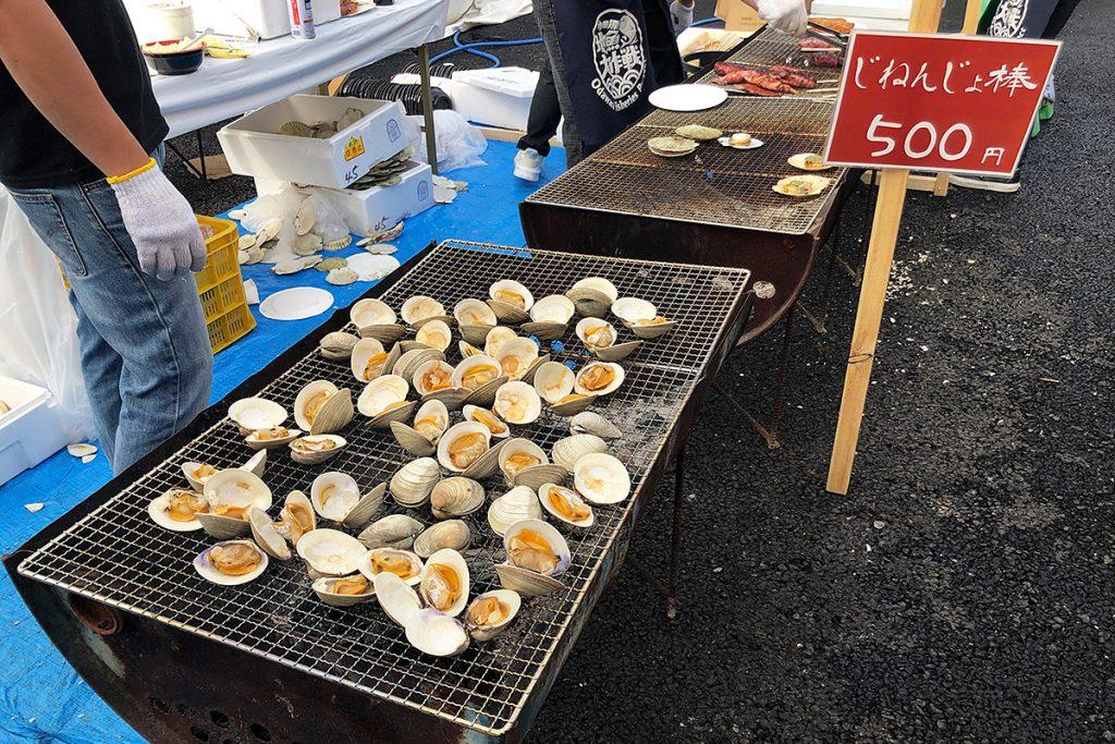 ハマグリ焼きをはじめとして、いか焼き、ホタテ焼きなど海産物がいっぱい