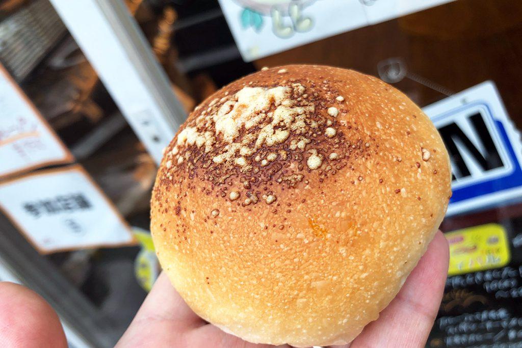 カレーパンというと揚げたカレーパンがメジャーですが、このお店のカレーパンは焼きカレーパン。記事はもっちりふわふわで甘みがあり、それがスパイシーなカレーとマッチ。今年も美味しいカレーパンが焼き上がってますよー