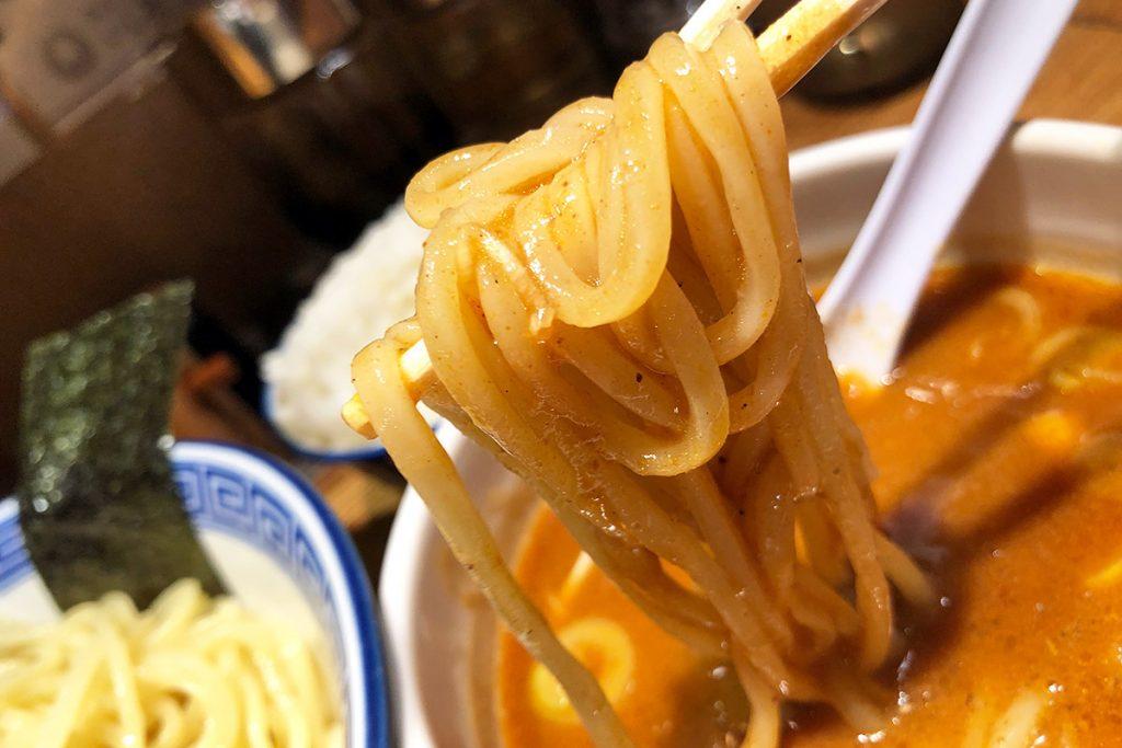 麺にスープがよく絡みます
