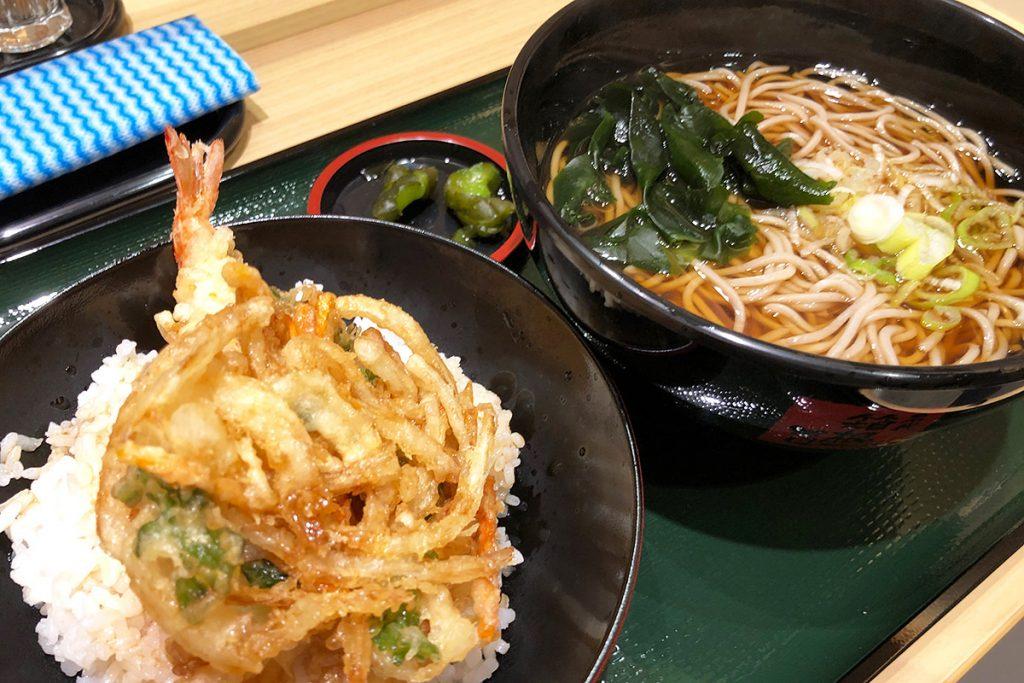 箱根そばの「ミニ海老かき揚げ丼セット」通常は590円ですが、オープニングキャンペーンで530円(税込)